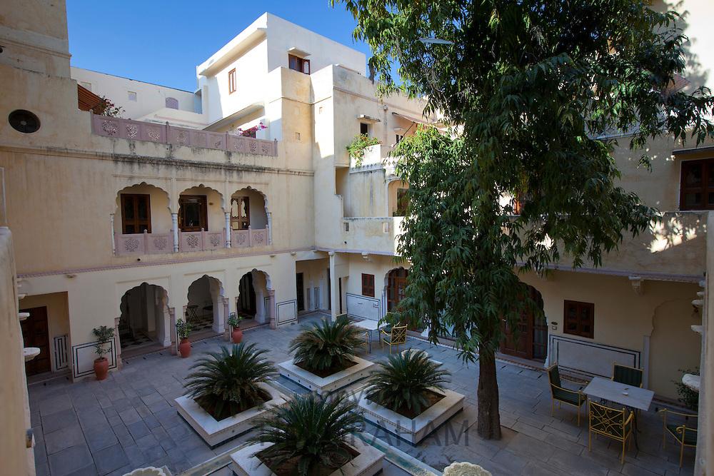 Samode Haveli luxury hotel, former merchant's house, inner courtyard in Jaipur, Rajasthan, Northern India