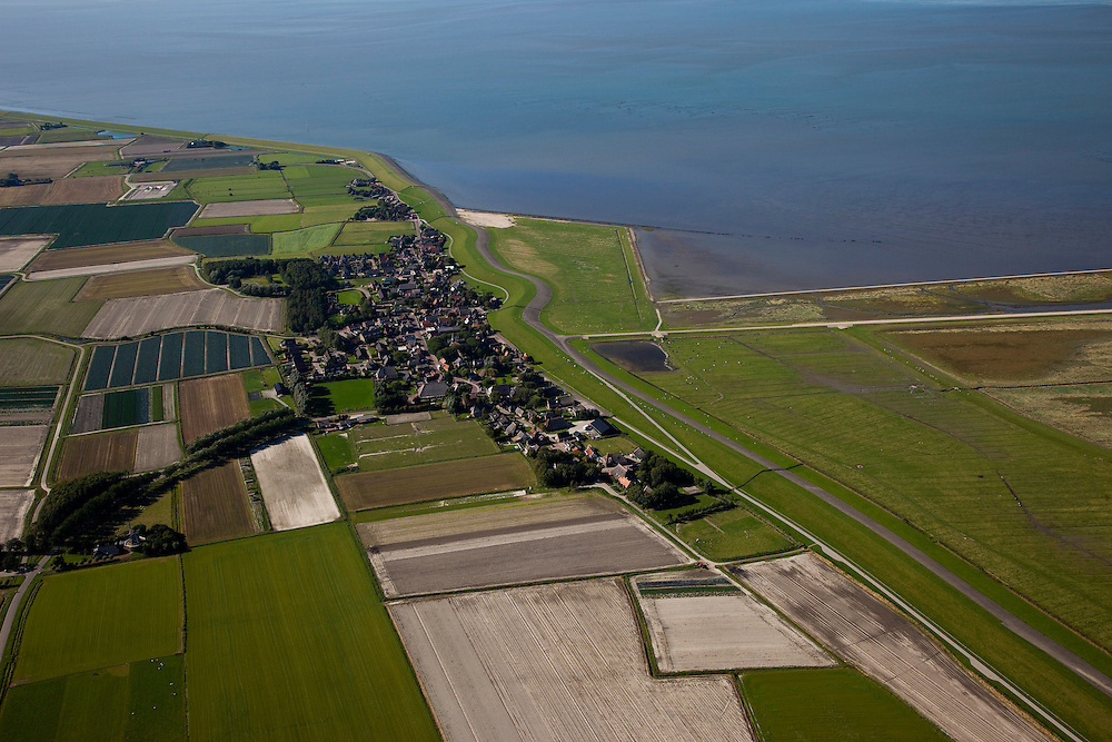 Nederland, Friesland, Gemeente Dongeradeel, 08-09-2009; Paesens-Moddergat, tweeling-dorp, voormalige vissersdorp verscholen achter de zeedijk. Rechts Peazemerlannen, kweldergebied grenzend aan het Wierumerwad en de Waddenzeee. .Paesens Moddergat, twin-village, former fishing village tucked behind the seawall. Right Peazemerlannen, salt marshes bordering the Wierumerwad and Waddenzeee..luchtfoto (toeslag); aerial photo (additional fee required); .foto Siebe Swart / photo Siebe Swart