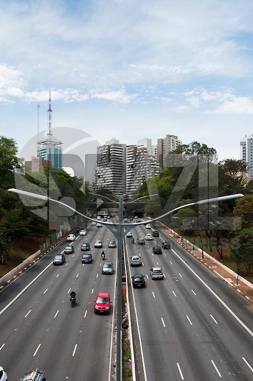 SÃO PAULO-SP-01,10,2014-TRÂNSITO SÃO PAULO - AVENIDA 23 DE MAIO- O Mototrista não enfrenta lentidão na Avenida 23 de Maio ambos sentidos.Na fim da manhã dessa Quarta-Feira,01 (Foto:Kevin David/Brazil Photo Press)