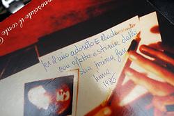 LA DEDICA AD ELLADE SCRITTA A MANO DA MINA SULLA COPERTINA DI UN LP<br /> ELLADE BANDINI BATTERISTA FERRARESE NELLA SUA CASA STUDIO<br /> FERRARA 04-12-2014<br /> FOTO FILIPPO RUBIN