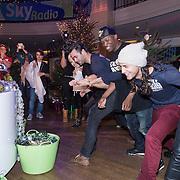 NLD/Hilversum /20131210 - Sky Radio Christmas Tree For Charity 2013, gevecht van de deelnemers om de versiertafel