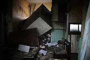 Lorsquelle sont encore debout, a plupart des maisons dIshinomaki ont été noyées sur le premier niveau. Sur la partie est de la ville, plus personne ne vit entre la route principale et le front de mer. Des centaines de maisons sont devenues inhabitables et attendent dêtre nettoyées. Beaucoup sont dangereuses et vouées à la destruction. .Les habitants attendent parfois leur retour chez eux. Ils sont refugiés dans les centres, ont obtenu des logements provisoires par le gouvernement, ont déménagé chez la famille au nord dIshinomaki ou dans dautres villes.