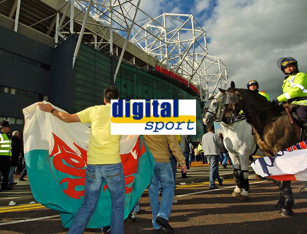 Fotball<br /> Foto: SBI/Digitalsport<br /> NORWAY ONLY<br /> <br /> England v Wales<br /> 09.10.2004<br /> <br /> Welsh fans descend on Old Trafford.