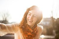 Creative Workplace, junge Frau, kreativ, Portrait, Terrasse, Restaurant, Österreich, Horn