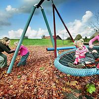 Nederland,Kinderdijk ,17 oktober 2008..Ellen Verloop en haar vier kinderen in de speeltuin.