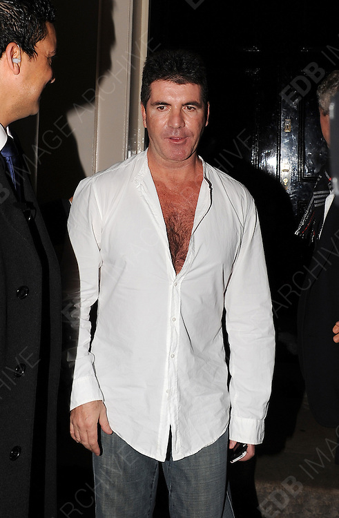 23.FEBRUARY.2012. LONDON<br /> <br /> SIMON COWELL GIVING &pound;50 TO A BIG ISSUE SELLER FOR A COPY OF 'BIG ISSUE' AT THE ARTS CLUB IN CENTRAL LONDON<br /> <br /> BYLINE: EDBIMAGEARCHIVE.COM<br /> <br /> *THIS IMAGE IS STRICTLY FOR UK NEWSPAPERS AND MAGAZINES ONLY*<br /> *FOR WORLD WIDE SALES AND WEB USE PLEASE CONTACT EDBIMAGEARCHIVE - 0208 954 5968*