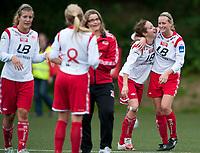 Fotball<br /> 10 . September 2011<br /> Toppserien<br /> Stemmemyren<br /> Sandviken - Klepp 3 -1<br /> Lise Rikstad (L) og Melissa Bjånesøy (2R) , keeper trener Hege Hope (3R) , Kine Tonning (4R) og Maren Knudsen (L) , Sandviken jubler for seier og mulig fortsatt toppseriespill til neste år <br /> Foto: Astrid M. Nordhaug