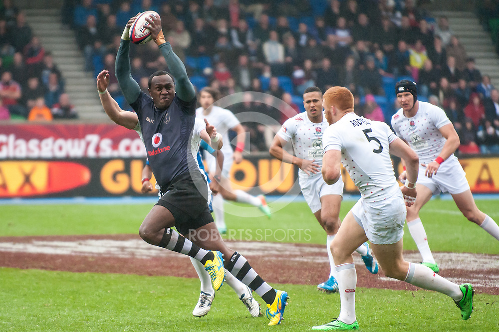 Fiji keep the ball alive during their quarter-final victory over England at the IRB Emirates Airline Glasgow 7s at Scotstoun in Glasgow. 4 May 2014. (c) Paul J Roberts / Sportpix.org.uk
