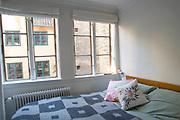 Foton av Mark Larner. Bild visar sovrummet.
