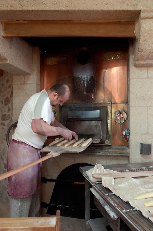 11/04/05 - LOUBEYRAT - PUY DE DOME - FRANCE - Pierre NURY, artisan boulanger et Meilleur Ouvrier de France - Photo Jerome CHABANNE