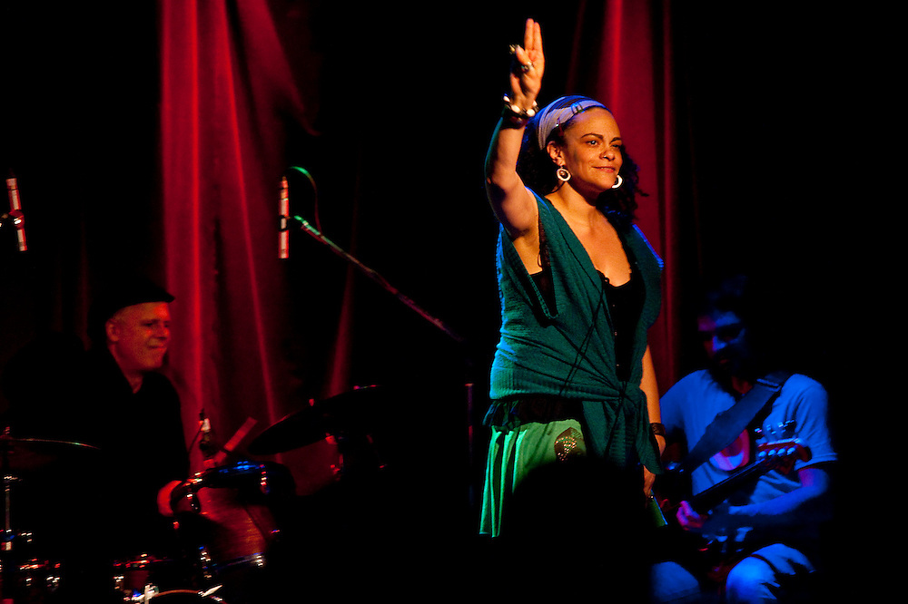 Ursula Rucker accompagnée des musiciens Bernard Falaise, Frédéric Boudreault, Pierre Tanguay à La Sala Rossa, vendredi 5 février 2010