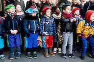 ROTTERDAM - zwarte piet en sinterklaas op het schoolplein van de globetrotter school op katendrecht en de ss rotterdamboot kinderfeest pakjesavond ROBIN UTRECHT