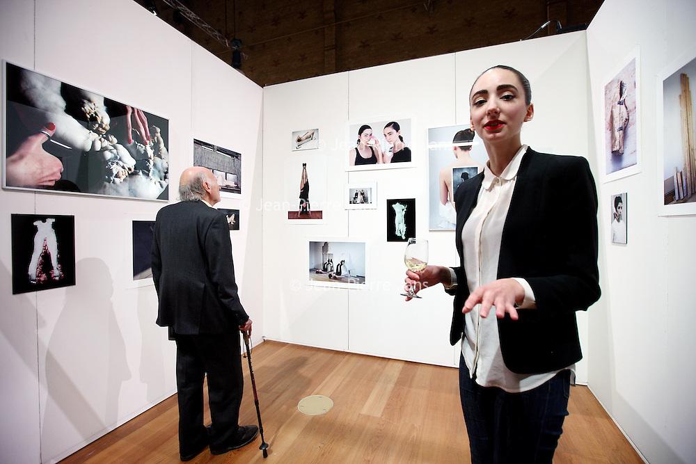 Nederland, Amsterdam , 23 december 2014.<br /> kunstbeurs Art in Redlight in Beurs van Berlage.<br /> Op de foto kunstenares Cheryl Schurgers in haar stand tussen de foto's.<br /> Foto:Jean-Pierre Jans