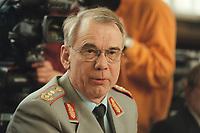 10 JAN 2001, BERLIN/GERMANY:<br /> Dr. Karl W. Demmer, Inspekteur des Sanitaets- und Gesundheitswesens der Bundeswehr, waehrend einer Pressekonferenz zur Verwendung von uranhaltiger Munition, Bundesverteidigungsministerium<br /> IMAGE: 20010110-02/02-20<br /> KEYWORDS: General
