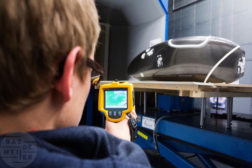De nieuwe fiets van het Human Power Team Delft en Amsterdam, de VeloX3, staat in de windtunnel voor de eerste metingen. Met een infraroodcamera wordt bekeken wanneer de lucht laminair stroomt en wanneer het turbulent wordt.<br /> <br /> The new record bike of the Human Power Team Delft and Amsterdam, the VeloX3, is tested in the wind tunnel for the aerodynamics. An infrared camera is used to detect whether the air is flowing laminar or turbulent.