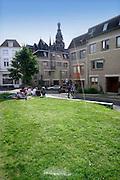 Nederland, Nijmegen, 12-6-2016Mensen zitten in de zon op een zonnige dag op het groene gras van de Kannenmarkt, Korenmarkt in het oude en historische centrum van de stad. Hier begint de benedenstad, een sociale woonwijk gebouwd begin 80er jaren en lopend tot aan de waal.Foto: Flip Franssen