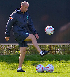 06.07.2010,Platz 05, Bremen, GER, 1. FBL, Training Werder Bremen , im Bild  Thomas Schaaf ( Werder  - Trainer  COACH) mit dem Ball spielend    EXPA Pictures © 2010, PhotoCredit: EXPA/ nph/  Kokenge / SPORTIDA PHOTO AGENCY
