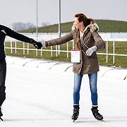 NLD/Biddinghuizen/20160306 - Hollandse 100 Lymphe & Co 2016, Pr. Marilene en partner Pr. Maurits schaatsend hand in hand