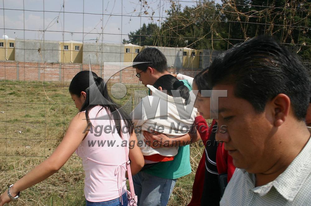 Chalco, Mex.- Al menos 600 menores internas en la &quot;Villa de las Ni&ntilde;as&quot; de Chalco les diagnosticaron dolores musculares mareos, n&aacute;useas y v&oacute;mito. Por lo que este jueves los padres de una ni&ntilde;a originaria del estado de Veracruz optaron por sacar a su hija del internado. La Villa de las Ni&ntilde;as, de  la congregaci&oacute;n religiosa Hermanas de Mar&iacute;a, esta localizada en el kil&oacute;metro 2 de la carretera rural Chalco-Mixquic. Agencia MVT / Jose Israel Nu&ntilde;ez. (DIGITAL)<br /> <br /> <br /> <br /> <br /> <br /> <br /> <br /> NO ARCHIVAR - NO ARCHIVE