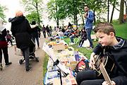 Nederland, the Netherlands, Nijmegen, 27-4-2018Koningsdag. Vrijmarkt op het Valkhof.  Muziek maken op de gitaar . Foto: Flip Franssen