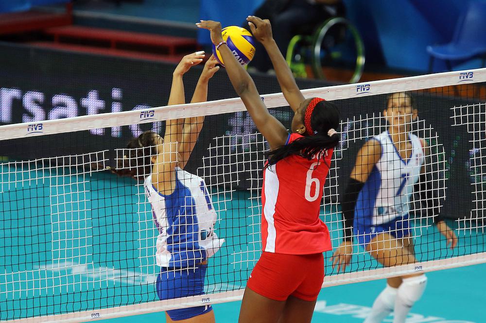 Cuba Daymara Lescay Cajigal fights over the net