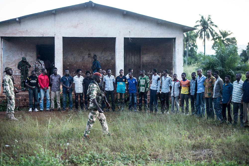 08/10/2013. Bangassou. Republique Centrafricaine. Les éléments de la ex-seleka venus de Bangui il y a quatre jours exhibent les prisonniers fait à Bangassou, ils se revendiquaient aussi de la Seleka et sont coupables de graves exactions dans la ville. ©Sylvain Cherkaoui/Cosmos
