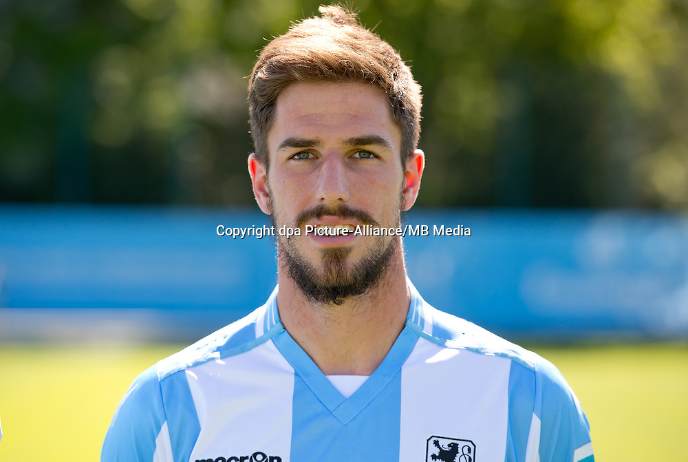 Milos Degenek vom Fußball-Zweitligisten TSV 1860 München posiert am 26.08.2015 in München (Bayern) für ein Foto. Foto: Sven Hoppe/dpa