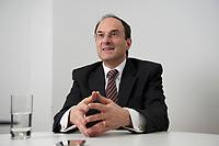 2012, BERLIN/GERMANY:<br /> Dennis J. Snower, Wirtschaftswissenschaftler, Praesident Instituts für Weltwirtschaft, IfW, Kiel und Professor fuer theoretische Volkswirtschaftslehre Christian-Albrechts-Universitaet, Kiel, waehrend einem Interview, Hauptstadtbuero G+J Wirtschaftsmedien<br /> IMAGE: 20120112-01-010<br /> KEYWORDS: Dennis Snower