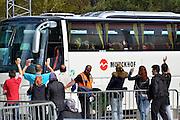 Nederland, Nijmegen,14-4-2016De noodopvang kamp Heumensoord loopt sinds begin maart langzaam leeg. Het COA brengt de asielzoekers elders onder om het tentenkamp op 1 mei leeg te hebben om met de afbraak te kunnen beginnen. 1 juni moet het terrein opgeleverd worden. Vandaag vertrekt een goep van 25 per bus naar Zeewolde. Iedereen mag twee koffers en wat handbagage meenemen. Fietsen moeten achterblijven hoewel sommige kinderen hun fietsje mogen meenemen. Vertrekkende bewoners nemen soms emotioneel afscheid van vrijwilligers en achterblijvers. In de afgelopen maanden zijn vele vriendschappen ontstaan. Van de bijna 3000 vluchtelingen zijn er nu nog zo'n 800 in Heumensoord.Nijmegen, The netherlands, Temporary camp for refugees in Nijmegen is closing down after 8 months . On the 1st of june the site must be handed over to the local aurhorities . FOTO: FLIP FRANSSENFoto: Flip Franssen