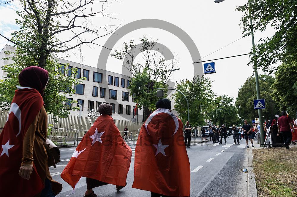 Drei Frauen laufen waehrend der demonstration gegen den Putschversuch in der Tuerkei am 16.07.2016 vor der tuerkischen Botschaft in Berlin, Deutschland in tuerkische Fahnen gehuellt in Richtung der Demonstration. Mehrere 100 Menschen demonstrierten vor der tuerkischen Botschaft gegen den versuchten Militaerputsch in der Tuerkei bei dem knapp 200 Menschen get&ouml;tet wurden. Foto: Markus Heine / heineimaging<br /> <br /> ------------------------------<br /> <br /> Ver&ouml;ffentlichung nur mit Fotografennennung, sowie gegen Honorar und Belegexemplar.<br /> <br /> Bankverbindung:<br /> IBAN: DE65660908000004437497<br /> BIC CODE: GENODE61BBB<br /> Badische Beamten Bank Karlsruhe<br /> <br /> USt-IdNr: DE291853306<br /> <br /> Please note:<br /> All rights reserved! Don't publish without copyright!<br /> <br /> Stand: 07.2016<br /> <br /> ------------------------------