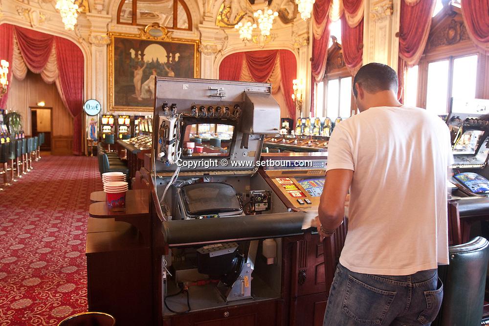 = slot machine cleaning and repair  in the casino of monte carlo,  Monaco  Monaco   /// entretien et reparation des machines a sous dans le Casino de monte carlo Monaco  L0055506