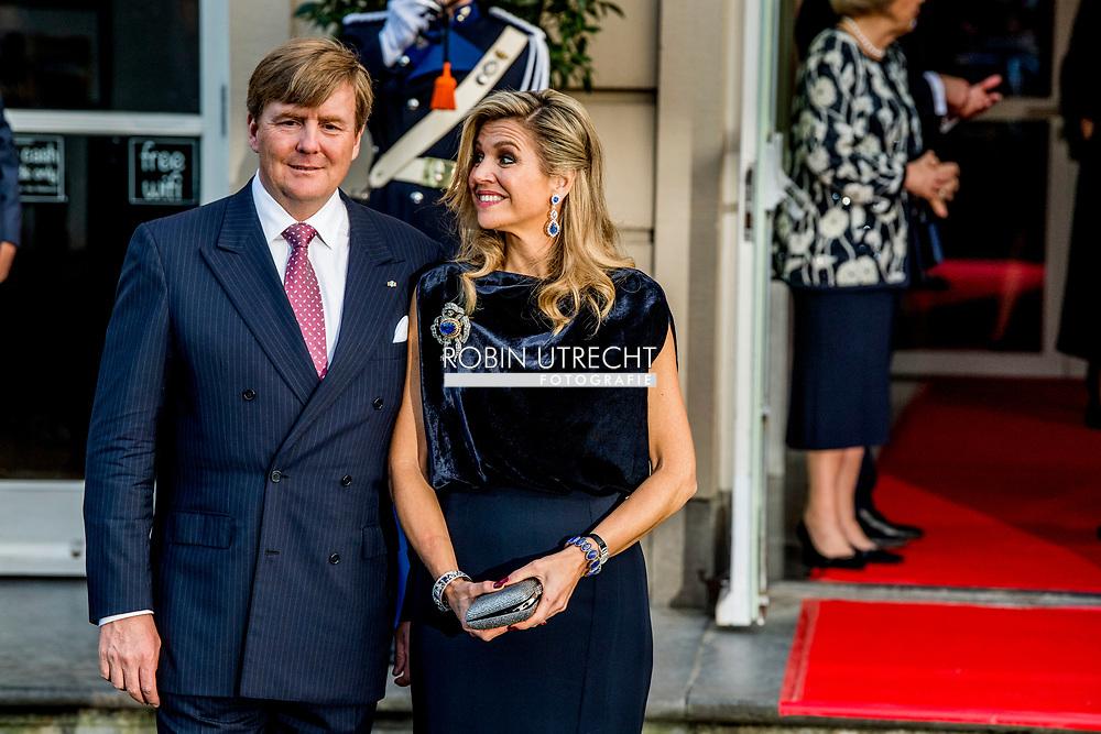 28-3-2017 - The Hague contra prestatie  Arrival of H.R.H. Princess Beatrix and H.R.H. Prince Constantijn. Followed by arrival of H.M. the King Willem Alexander  andthe Queen Maxima. <br />  State visit 2 days to the Netherlands by President Mauricio Macri of the Argentine Republic and his wife Juliana Awada. 28-3-2017 - The Hague contra prestatie  Arrival of H.R.H. Princess Beatrix and H.R.H. Prince Constantijn. Followed by arrival of H.M. the King Willem Alexander  andthe Queen Maxima. <br />  State visit 2 days to the Netherlands by President Mauricio Macri of the Argentine Republic and his wife Juliana Awada. COPYRIGHT ROBIN UTRECHT<br /> Koningin Maxima en Koning Willem-alexander ontvangen Staatsbezoek twee daags staatsbezoek aan Nederland van president Mauricio Macri van de Argentijnse Republiek vergezeld door zijn echtgenote Juliana Awada  COPYRIGHT ROBIN UTRECHT<br /> DEN HAAG - De Argentijnse president Mauricio Macri en zijn vrouw Juliana Awada vertrekken in aanwezigheid van koning Willem-Alexander en koningin Maxima bij theater Diligentia voor een balletvoorstelling ter afsluiting van hun tweedaagse staatsbezoek aan Nederland. <br /> De Argentijnse president Mauricio Macri en zijn vrouw Juliana Awada vertrekken in aanwezigheid van koning Willem-Alexander en koningin Maxima bij theater Diligentia voor een balletvoorstelling ter afsluiting van hun tweedaagse staatsbezoek aan Nederland. Pr Beatrix en Pr Constantijn zwaaien de Argentijnse gasten gedag.