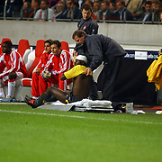 NLD/Amsterdam/20050927 - Champions League 2005, Ajax - Arsenal, kolo Toure word verzorgd langs de kant