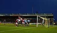 Fotball<br /> FA Cup England 2004/2005<br /> 3. runde<br /> 08.01.2005<br /> Foto: SBI/Digitalsport<br /> NORWAY ONLY<br /> <br /> Northampton Town  v Southampton<br /> <br /> Southampton's Antti Niemi gets his fists to a corner from Northampton Town.