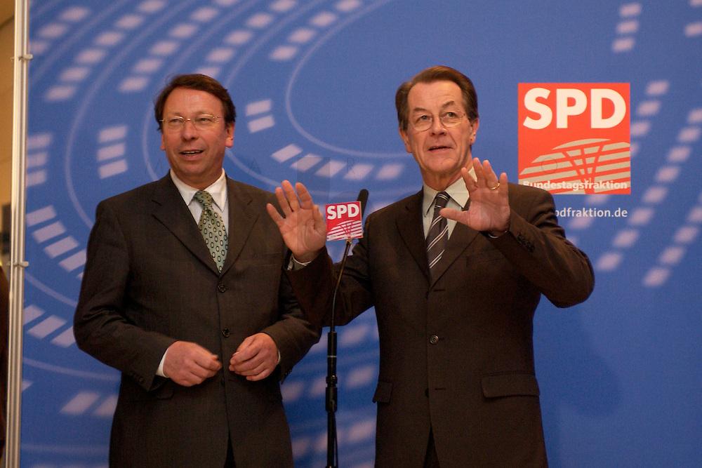 10 FEB 2004, BERLIN/GERMANY:<br /> Klaus Uwe Benneter (L), desig. SPD Generalsekretaer, und Franz Muentefering (R), SPD Fraktionsvorsitzender und desig. SPD Parteivorsitzender, geben ein Pressestatement vor Beginn der SPD Fraktionssitzung, Deutscher Bundestag<br /> IMAGE: 20040210-02-001<br /> KEYWORDS: Franz M&uuml;ntefering