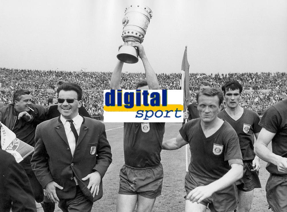 Fotball<br /> Bayern München<br /> Foto: Witters/Digitalsport<br /> NORWAY ONLY<br /> <br /> v.l. Franz ROTH mit Pokal, Werner OLK, Rudolf NAFZINGER Bayern<br /> DFB-Pokal Finale <br /> FC Bayern München - Hamburger SV 4:0<br /> 1967