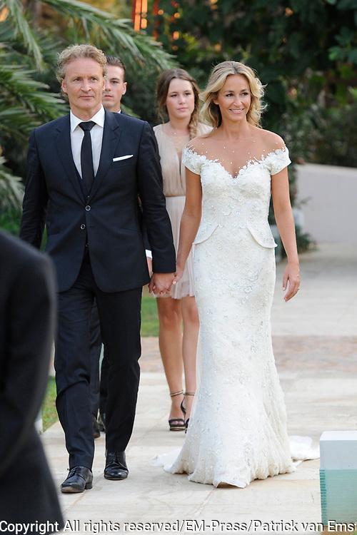 Wendy van Dijk en Erland Galjaard zijn getrouwd op Ibiza in het Agroturismo Atzaró . Agroturismo Atzaró bevindt zich in een sinaasappelboomgaard op het platteland van Ibiza. Dit mooie, landelijke hotel beschikt over een klein buitenzwembad en een kleine spa. <br /> <br /> Op de foto: <br />  Wendy van Dijk en Erland Galjaard Wendy van Dijk en Erland Galjaard met Sem en dochter Lizzy