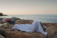 Ventimiglia, Italia - Migranti bloccati alla frontiera tra Italia e Francia dormono all'aperto in attesa che venga concesso loro il permesso di oltrepassare il confine. Decine di migranti, molti dei quali senza soldi, sono in attesa da pi&ugrave; di cinque giorni che il governo francese revochi l'ordine dii tener chiuso il confine e consenta loro il passaggio.<br /> Ph. Roberto Salomone