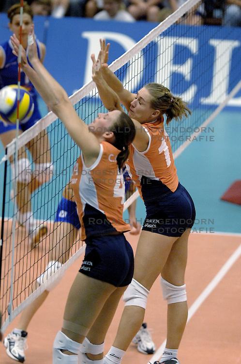 16-09-2006 VOLLEYBAL: NEDERLAND - SERVIE: HEERENVEEN<br /> Het Nederlandse vrouwenteam heeft de eerste wedstrijd met de nieuwe sponsor DELA op het shirt uitstekend gespeeld. In goed gevulde sporthal van Heerenveen werd het 3-0 voor Oranje / Caroline Wensink en Chaine Staelens<br /> &copy;2006-WWW.FOTOHOOGENDOORN.NL