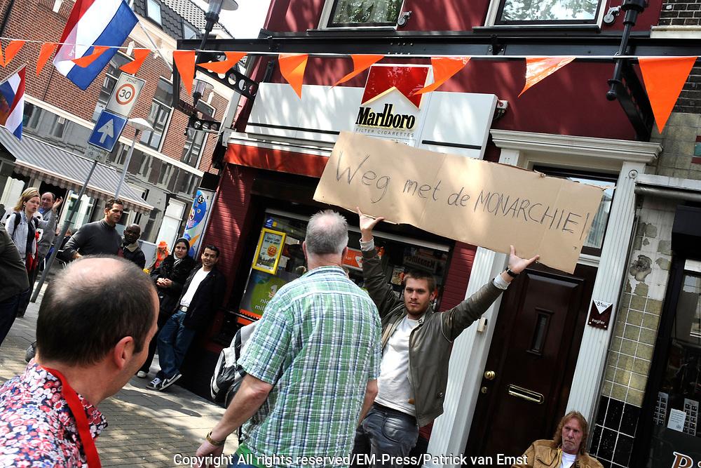 Koning Willem Alexander en Koningin Maxima op provinciebezoek in Utrecht.<br /> <br /> King Willem Alexander and Queen Maxima visit the province of  Utrecht<br /> <br /> Op de foto: <br /> <br />   Demonstrant aangehouden bij koningspaartour Utrecht<br /> De politie heeft donderdagmiddag tijdens het bezoek van koning Willem-Alexander en koningin M&aacute;xima aan de Utrechtse wijk Lombok een demonstrant aangehouden die een bord 'Weg met de monarchie' vasthad. <br /> <br /> Demonstration held at royal tour Utrecht<br /> The police Thursday afternoon during the visit of King Willem-Alexander and M&aacute;xima queen at the Utrecht neighborhood Lombok arrested a protester holding a sign &quot;Down with the monarchy 'holding.