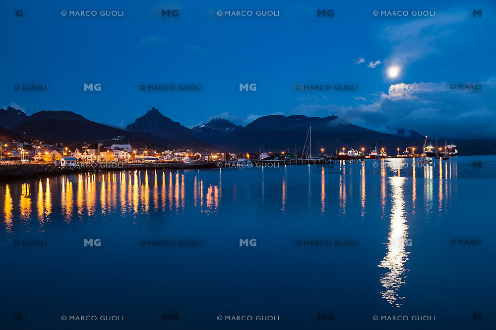 CIUDAD Y BAHIA DE USHUAIA DE NOCHE CON LUNA LLENA, MONTE OLIVA AL FONDO, PROVINCIA DE TIERRA DEL FUEGO,  PATAGONIA, ARGENTINA (PHOTO BY © MARCO GUOLI - ALL RIGHTS RESERVED. CONTACT THE AUTHOR FOR ANY KIND OF IMAGE REPRODUCTION)