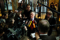 31 OCT 2005, BERLIN/GERMANY:<br /> Ludwig Stiegler, SPD, Stellv. Fraktionsvorsitzender, spricht mit Journalisten, nach einer Sitzung des SPD Parteivorstandes, bei der A ndrea N ahles überraschend zur Kandidatin fuer das Amt der Generalsekretaerin gewaehlt wurde, Willy-Brandt-Haus<br /> IMAGE: 20051031-02-005<br /> KEYWORDS: Statement, Journalist, Mikrofon, microphone