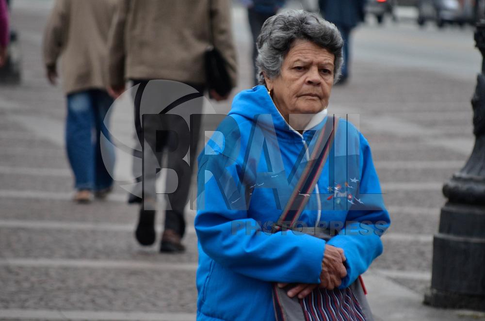 SÃO PAULO, SP, 11 DE MAIO DE 2013 - CLIMA TEMPO SÃO PAULO: Pessoas se protegem do frio no início da manhã no Viaduto do Chá, próximo ao Vale do Anhangabaú, região central de São Paulo. FOTO: LEVI BIANCO - BRAZIL PHOTO PRESS