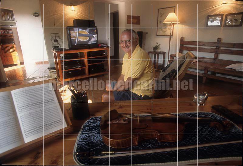 Violinist Salvatore Accardo in his house in Gallura (Sardinia), about 1995 / Il violinista Salvatore Accardo nella sua casa in Gallura (Sardegna), 1995 circa - © Marcello Mencarini