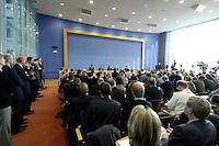 12 NOV 2005, BERLIN/GERMANY:<br /> Der voll besetzte Saal der Bundespressekonferenz, waehrend einer Pressekonferenz, nach dem erfolgreichen Abschluss der Koalitionsgespraeche zwischen CDU/CSU und SPD, mit Matthias Platzeck, SPD, Ministerpraesident Brandenburg und desig. SPD Parteivorsitzender, Franz Muentefering, SPD, scheidender Parteivorsitzender und desig. Bundesarbeitsminister, Angela Merkel, CDU Bundesvorsitzender und desig. Bundeskanzlerin, und Edmund Stoiber, CSU, Ministerpraesident Bayern, (v.L.n.R.), Bundespressekonferenz<br /> IMAGE: 20051112-01-057<br /> KEYWORDS: Franz Müntefering, Journalist, Journalisten