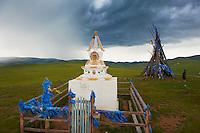Mongolie, Arkhangai, la vallee de la Steppe Jaune, stupa et Ovo, monuments bouddhistes // Mongolia, Arkhangai, Yellow Steppe valley, stupa and Ovo, buddhist monument