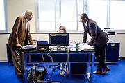 Gil Jacob et le réalisateur Abderrahmane Sissako dans le bureau de son assistante pendant le Festival de Cannes