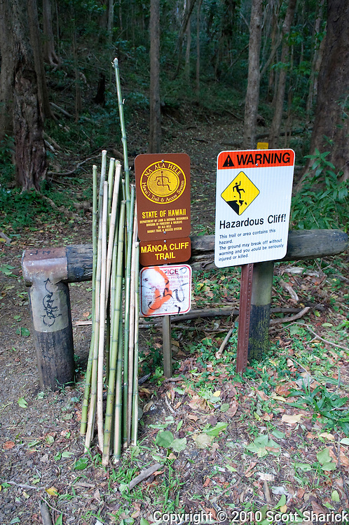 A warning sign at the beginning of the Manoa Cliff Trail on Oahu.