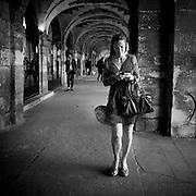 Paris - Place des Vosges - Juin 2012 - Femme dont la juppe s'envolle au vent.