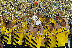 "13.08.2014, Signal Iduna Park, Dortmund, GER, DFL Supercup, Borussia Dortmund vs FC Bayern München, im Bild Kapitaen Sebastian Kehl (Borussia Dortmund #5) mit dem Pokal, vorne vl: Pierre-Emerick Aubameyang (Borussia Dortmund #17), Lukasz Piszczek (Borussia Dortmund #26), Henrikh ""Micki"" Mkhihtaryan (Borussia Dortmund #10), Kapitaen Sebastian Kehl (Borussia Dortmund #5), Sokratis (Borussia Dortmund #25) und Matthias Ginter (Borussia Dortmund #28) // during the DFL Supercup Match between Borussia Dortmund and FC Bayern Munich at the Signal Iduna Park in Dortmund, Germany on 2014/08/13. EXPA Pictures © 2014, PhotoCredit: EXPA/ Eibner-Pressefoto/ Schueler<br /> <br /> *****ATTENTION - OUT of GER*****"